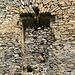 """Rýzmburk, Turm 2, Detail - Das Burgfräulein stampfte mit dem Fuß auf: """"Ich will ein eckiges Fenster!"""" und der Baumeister hatte ein Problem, das er wie zu sehen löste."""