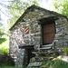 etwas später an dieser Hütte mit auffälligem Fensterladen vorbei