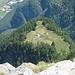 am Gipfel als erstes ein Blick hinab nach Fronn - gut 400 m tiefer