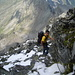 Mit Fixseil gesicherte ausgesetzte Passage in der Via Malvaglia. 900m tiefer unten die Alpe Quarnei.