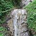 ein Wasserfall am Wegesrand