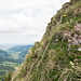 Ausblick in die steile Wiesenflanke vom Grat aus. Im Hintergrund das Alptal.