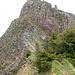Nach dem ersten Aufschwung führt ein schmaler fast flacher und grasiger Gratabschnitt zum zweiten Steilstück.