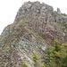 Der zweite Steilaufschwung. Der Kamin, der zum Gipfel führt, befindet sich im Bild wenig rechts der Flagge.