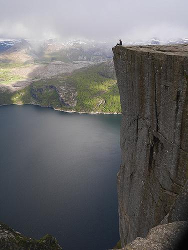 Preikestollen, der berühmte steil abfallende Felsen bei Stavanger. Es empfielt sich, die Tour um ca. 15.00 h beim Parkplatz zu beginnen. Dann kommt einem das Car-Touristen-Bataillon, welches um diese Zeit wieder herunter steigt entgegen. Kaum auszumalen, wie es dort oben mit diesen Massen an Leuten aussehen würde.