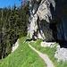 Der Felswand entlang nach Westen