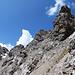 Nur noch schottrige Spuren leiten weiter Richtúng Gipfel.