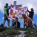 Unsere Fahne vor dem neuen Gipfelkreuz (nun aus Stahl, damit man es nicht mehr so leicht zersägen kann....)