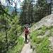 Abstieg durch den Wald auf Weg 860