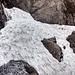 Die Schlüsselstelle der Tour. Das Gelände fällt hier steil ab und ein Ausrutscher auf dem Schneefeld würde wohl auf dem Grund der Schlucht enden.