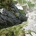 Blick zurück in das steile Gras- und Schrofencouli. Die Steilheit ist hier überhaupt nicht abzuschätzen. Über 10-15m weist es eine Neigung von 80° auf.