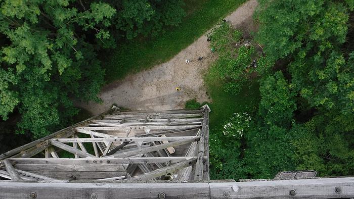 Ein Bild, das draußen, Gras, aus Holz, Gebäude enthält.  Automatisch generierte Beschreibung