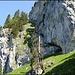 Nochmals die Rinne aus der Nähe, im Zoom sieht man rechts der Bildmitte die Leiter sowie die im Bericht erwähnte mit Fixseil versehene Felssplatte.