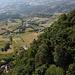 San Marino - Tiefblick über die steilen, bewaldeten Flanken unweit des Montale.