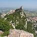 San Marino - Ausblick von der Festung Cesta (aka La seconda torre/Zweiter Turm bzw. Fratta) zum ersten Turm (aka La prima torre, Rocca bzw. Guaita). Schön sind die steilen, ostseitigen Abbrüche des Monte Titano zu erkennen.