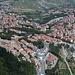 San Marino - Tiefblick von der Festung Guaita (aka La prima torre/Erster Turm bzw. Rocca) hinunter nach Borgo Maggiore. Links ist u. a. die Talstation der Seilbahn zu erahnen.