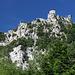 San Marino - Blick über die steilen, ostseitigen Felsabbrüche zur Festung Guaita (aka La prima torre/Erster Turm bzw. Rocca).