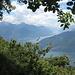 """Blick auf den Seearm von Lecco (oben), den von Como (unten) und dazwischen den nördlichen Ausläufer des """"Triangolo Lariano"""", des Dreiecks dazwischen"""