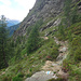 der Weg geht in die Querung bis an die Felsen heran