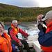 Die älteren Semester setzen mit dem Motorboot über. In der Mitte Per Öhman, der Stugvard der Teusajaurehütten.