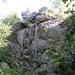 Es ist ja noch früh, warum nicht den Felsen von unten besteigen?<br />Hanne nimmt den normalen Aufstieg und wacht schon oben kritisch.