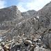 Leichtes Klettergelände ca. 100 m unter dem Gipfel rechts hinten