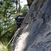 Nach kurzem Pfad im Wald der Beginn der Route B, gleich folgt die überhängende Leiter