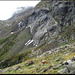 Der Weg führt entlang des Felsfusses des Pne del Laghetto, danach aufwärts Richtung Lavina di Croslina.
