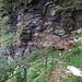 Von/nach Cala windet sich ein steiler Pfad den Felswänden entlang.