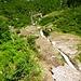 Dieser Fluss wird auf dem Zwischenplateau traversiert. Dann geht der Weg steil um hohe Stufen 400 hm in Direttissima hinauf