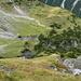 Blick über die steilen Grasplanggen unterhalb der Schönböden auf den Wanderweg, der zum Alteinsee führt