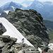Im Abstieg vom E-Grat: Der Bergführer spricht seinem verunsicherten Gast Mut zu.