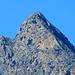 sulla sx,la piccola foce sotto la vetta con le rocce finali da scalare sulla dx,si nota bene anche sulla sx,lo sperone roccioso strapiombante sulla parete nord, accessibile dal versante sud