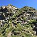 la cresta est,un misto di roccette  e pendii di erba...
