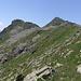 Poncione di Mezzo (2471 m) und Pizzo Bareta (2450 m), einfache Querung in den Wiesen nach links in die Scharte zwischen den beiden