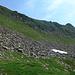 links oben am Geröll, dann durch den Steilhang bis zur Spur und dann weiter queren bis zum Gipfelgrat