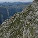 Gut getarnt im Abstieg vom Pizzo di Vogorno. Wie immer in den Tessiner Bergen mangelt es nicht an Geröll...