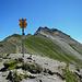 Vom Rätschenjoch führt der Steig hinüber zur Bergstation eines Skilifts bei P. 2618.