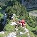 typischer Gratabschnitt: links steilste Abbrüche (unten der Panoramaweg zur Hütte), rechts etwas mehr Grasgelände, der Grat selbst kombiniertes Gras-Fels-Kraxeln; rechts unten die Serpentinen in den Chälen