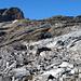 Wir verlassen die Moräne und steigen über Fels Richtung Mittler Griessstock (rechts).