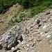 Der Aufstiegsweg noch relativ am Anfang. Auf ein paar schattige Abschnitte und eine kühle Quelle kann man sich hier noch freuen.