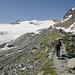 Knapp unterhalb 2800m. Etwa dort wo sich in der Randmoräne eine kleine Pyramide erhebt soll man laut SAC Führer auf den Gletscher wechseln.