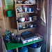Komplette Küche mit Herd, Gas und sogar Licht. Man beachte auch die kaum erkennbare Espressokanne in der zweiten Regalebene von oben.