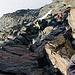 Im Felsband an der Kante. Beim rechten Nachsteiger sind die überfrorenen Felsen erkennbar die gemieden werden.