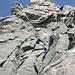 Im Kamin, SL6. Wie eigentlich immer lohnte es sich hier, nur außerhalb des Steinschlagbereichs des Vorsteigers zu warten. Kurz nach der Aufnahme kamen mehree kopfgrosse Felsen den Kamin runtergerauscht.