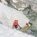 Die Nachsteiger kommen ums Eck. Person zwei befindet sich knapp oberhalb der Eisrinne.