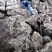 Um zum Blaven (928m) zu gelangen, muessen wir noch die beiden Schluesselstellen ueberwinden. Hier die Erste: Eine ca. 6m hohe, senkrechte Wand (III), die aber gut mit Griffen und Tritten versorgt ist.<br />