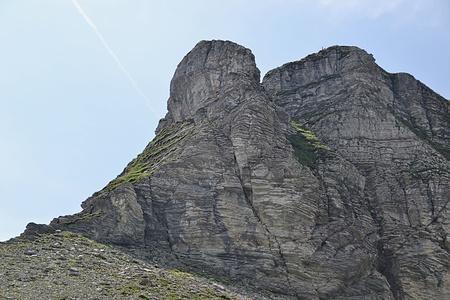 Ein Überblick über den direkteren Wiggisaufstieg. Von links über Grass und Fels bis oben unter die Wand und dann nach rechts in den Einschnitt. Alles dem Drahtseil entlang.