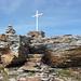 Pizzo Barone - Gipfelkreuz und Gamelle mit Gipfelbuch stehen auf einem Steinmonolithen