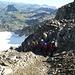 wieder im Abstieg: vor uns eine grössere Ansammlung von Bergsteigern, welche im losen Geröll absteigen. Wir bevorzugten die Variante nach links, d.h. direkter Abstieg durch das Kamin